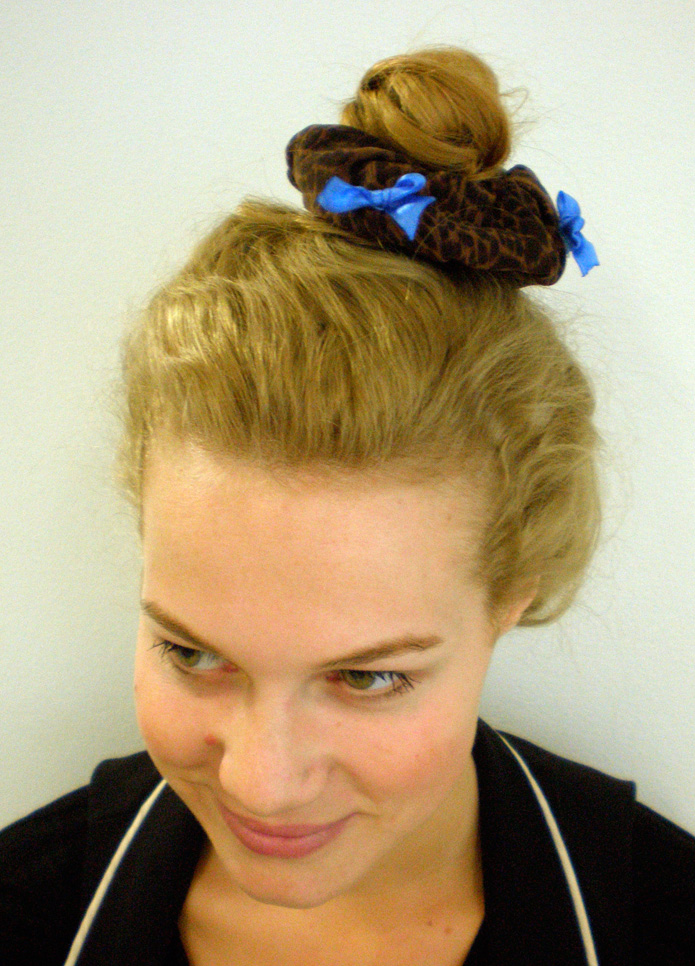 DIY Scrunchie | Learn how to make a hair scrunchie, just like we all used to wear in the 90's! The modern way to wear it is over a top knot, like this :-D